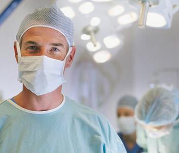 Arzt bei der Entnahme von Stammzellen durch Punktion des Beckens eines Stammzellspenders
